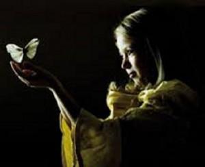 jente-med-sommerfugl-300x244